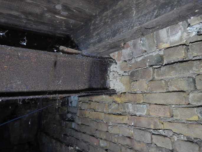 stalen ligger gelamineerd door corrosie bij oplegging