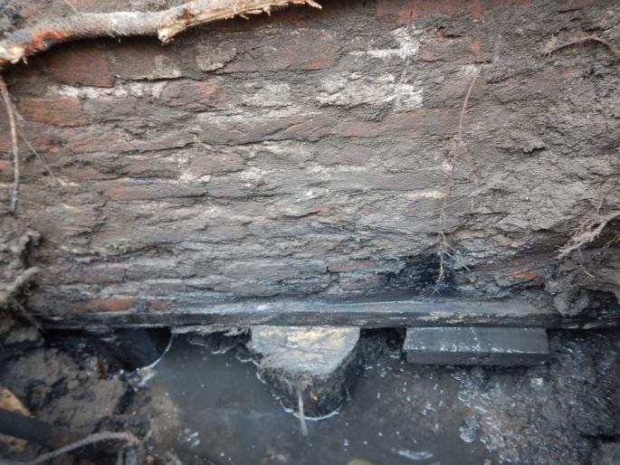 funderingspaal excentrisch onder de bouwmuur
